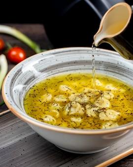 Dushbara geserveerd met kruiden en azijn
