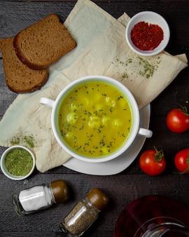 Dushbara-soep gegarneerd met kruiden