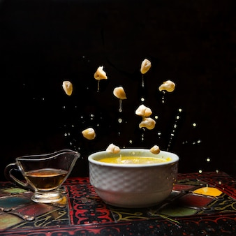 Dushpara met pot azijn in vlieg