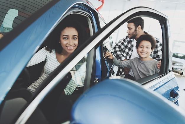 Duur autogift voor vrouwenfamilie in de showroom.