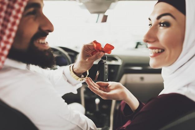 Duur cadeau voor vrouw vrouwelijke saoedi-arabische chauffeur.