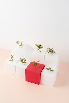 Duurzaamheidsconcept met planten die groeien uit geometrische vormen