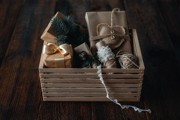 Duurzame kerst, cadeaus zonder afval, natuurlijke kerstversieringen. verzorgingsdoos voor kerstcadeaus inpakken