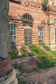 Dvl op een oude houten deur in een oud verlaten gebouw.