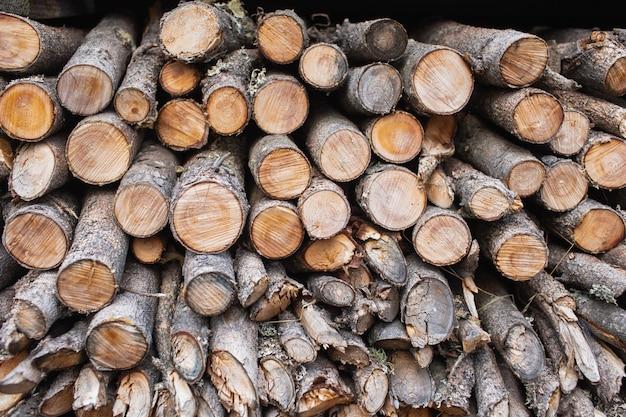 Dwarsdoorsnede van het hout, de achtergrond van de brandhoutstapel.