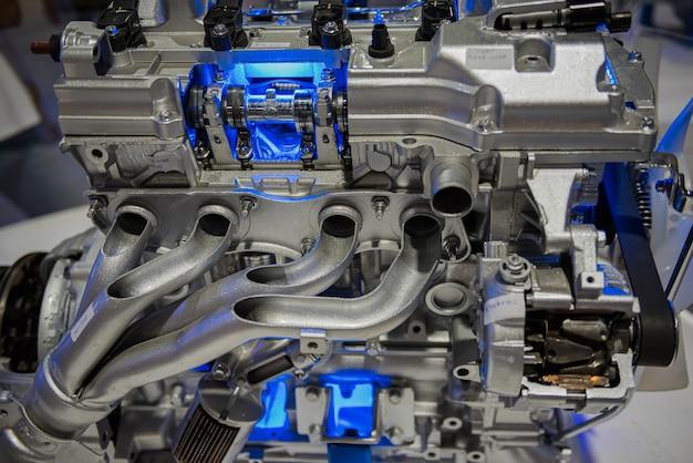 Dwarsdoorsnede van inlaat- en uitlaatverdeelstuk van auto-motor.