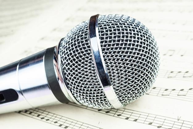 Dynamische microfoon op muziekblad