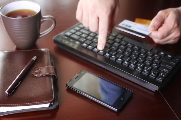 E-commerce een man betaalt voor online aankopen met een creditcard