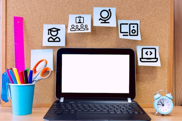 E-learning elementen en een laptop voor lessen
