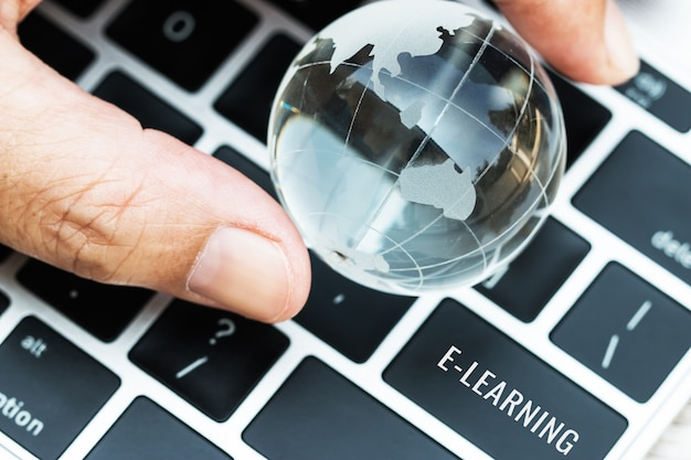 E-learning van woorden bij het invoeren van de belangrijkste knoppen van het toetsenbord van de computer laptop