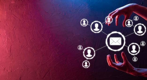 E-mail en gebruiker pictogram, teken, symbool marketing of nieuwsbrief concept, diagram. e-mail verzenden. bulkmail. e-mail en sms marketing concept. regeling van directe verkoop in het bedrijfsleven. lijst met klanten voor mailing.neon