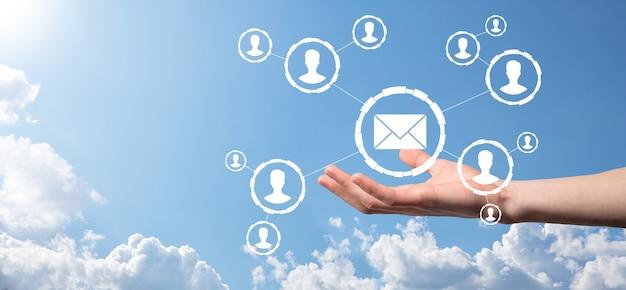 E-mail en gebruiker pictogram, teken, symbool marketing of nieuwsbrief concept, diagram. verzenden van e-mail. bulk mail. e-mail en sms marketing concept. regeling van directe verkoop in het bedrijfsleven. lijst met klanten voor mailing.