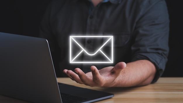 E-mailmarketingconcept. zakenman die e-mails van klanten of digitale nieuwsbrief aan klanten beantwoordt.