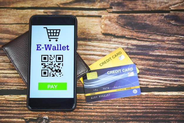 E-portemonnee-app op telefoon met creditcardtechnologie betaalt - mobiel betalings online het winkelen concept