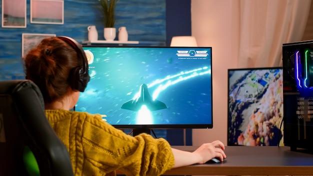 E-sportspeler die draadloos technologienetwerk gebruikt voor virtueel schietspel in cyberspace
