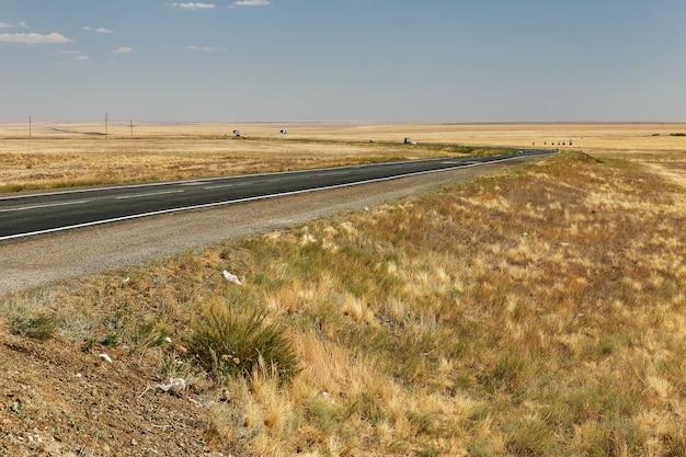 E38 snelweg in kazachstan. asfaltweg over de steppe.