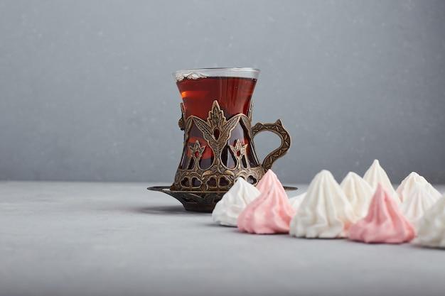 Earl grey thee in een kaukasisch stijl glas met marshmallows.