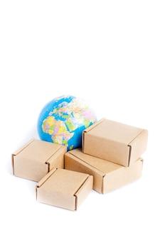 Earth globe is omgeven door dozen geïsoleerd op een witte achtergrond
