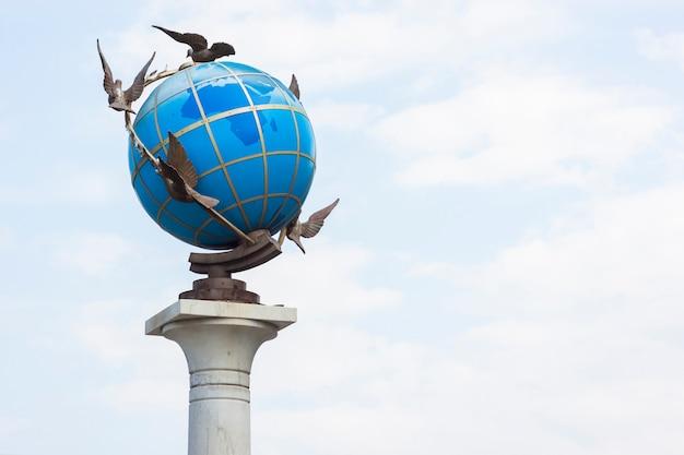 Earth globe met duiven eromheen