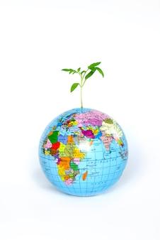 Earth globe met groeiende plant