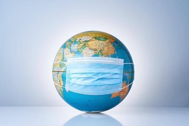 Earth globe met medisch masker op