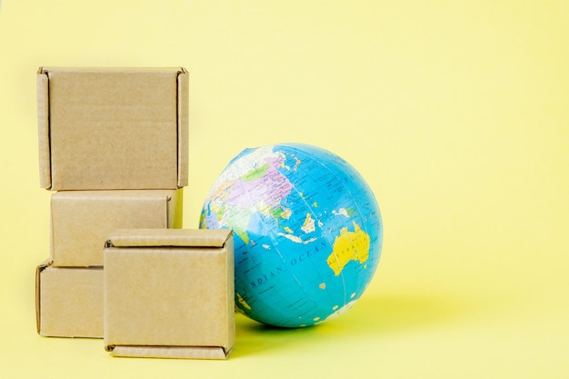 Earth globe omgeven door dozen