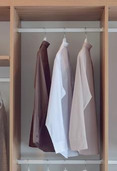 Earth tone shirt in houten kledingkast