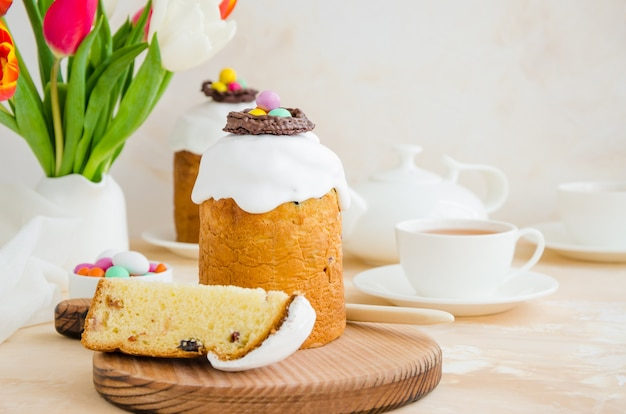 Easter cake - russische en oekraïense kulich met paaseieren. paska paasbrood.