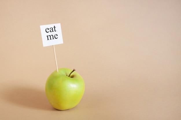 Eat me-concept op beige gezonde voeding voor veganisten, vegetariërs dieetvoeding fruitsnack