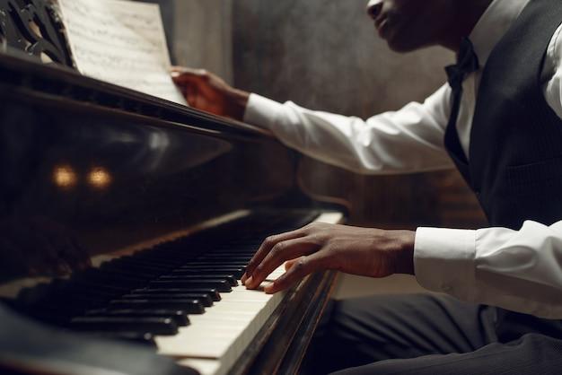 Ebony pianist, jazzartiest op het podium