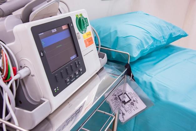 Ecg- of ecg-monitor en patiëntbed in het ziekenhuis