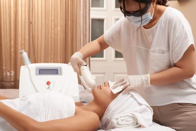 Echografie procedure voor gezicht in salon