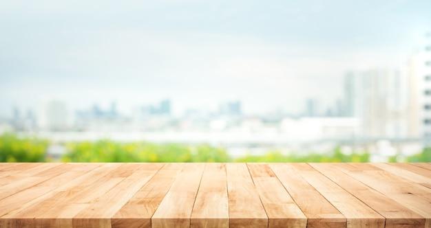 Echt houten tafelblad textuur op onscherpte uitzicht op de stad