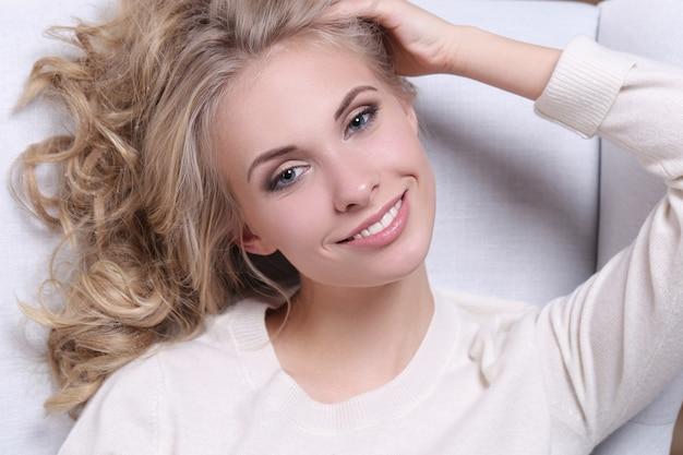 Echt mooi blonde jonge vrouwenportret