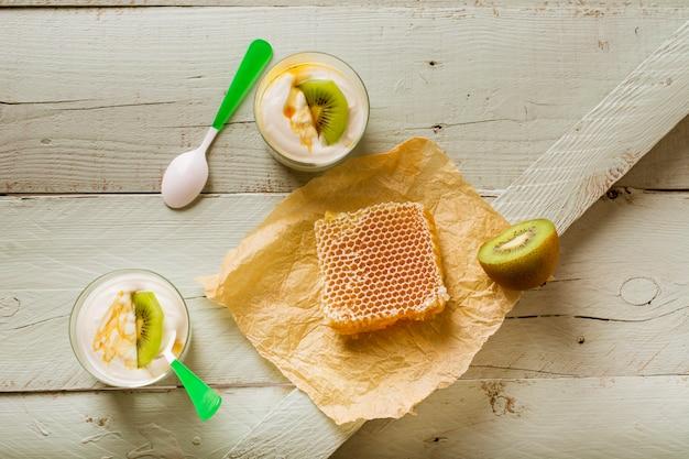 Echt voedselontbijt van honing en kiwiyoghurt