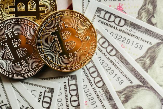 Echte bitcoins met een waarde hoger dan honderden dollars aan rekeningen.
