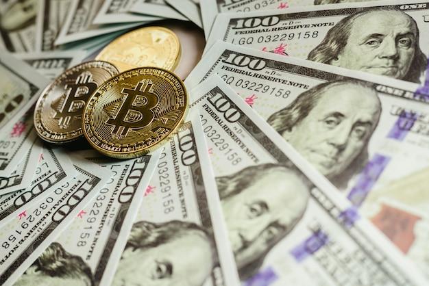 Echte bitcoins met een waarde hoger dan honderden dollars in rekeningen.