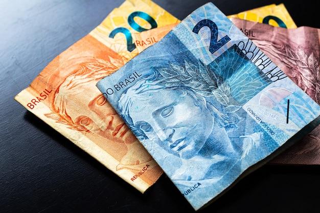 Echte brl braziliaanse geldbankbiljetten in fotografie close-up met zwarte achtergrond