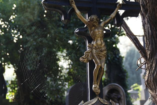 Echte crucifixen op een begraafplaats