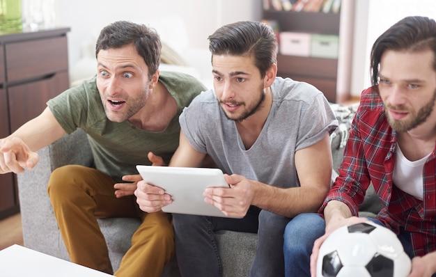 Echte emoties tijdens de voetbalwedstrijd op tv