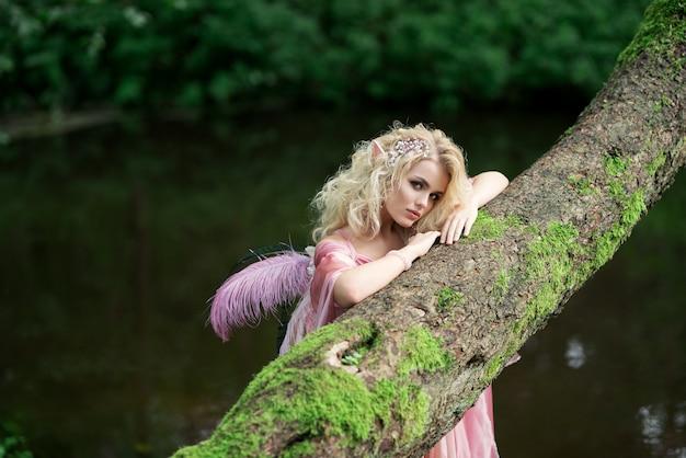 Echte fee uit magische verhalen, godin van de natuur alleen in dicht bos