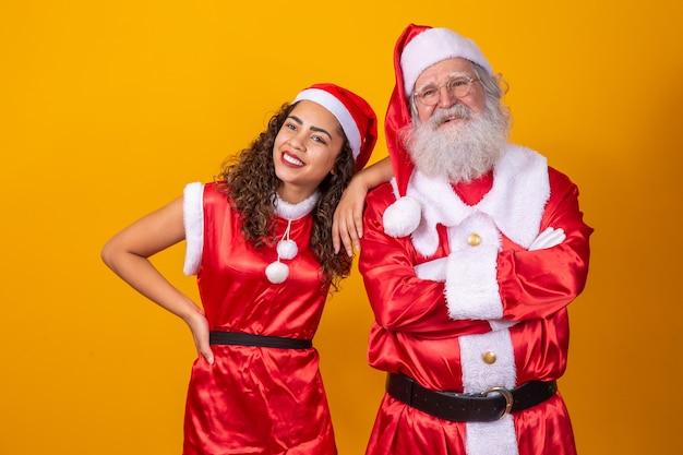 Echte kerstman met een jong afromeisje met krullend haar