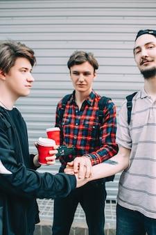 Echte mannen vriendschap. stedelijke tiener bffs levensstijl. teamwork en ondersteuning concept. jonge jongens klaar om de wereld te veroveren
