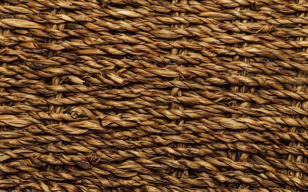 Echte oude bruine mandtextuur met losse draden uit. wevende ambachtelijke achtergrond. twig mand oppervlak.
