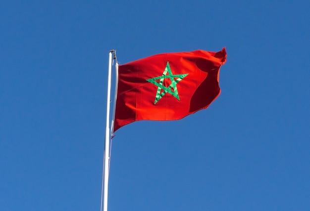 Echte vlag van marokko op blauwe hemel