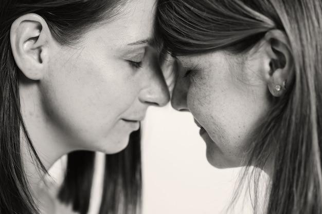 Echte vrouwelijke vriendschapsondersteuning van een geliefde zwart-wit portret met twee meisjes damespsycho...