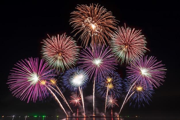 Echte vuurwerkfestival in de lucht voor een feestje 's nachts boven de zee