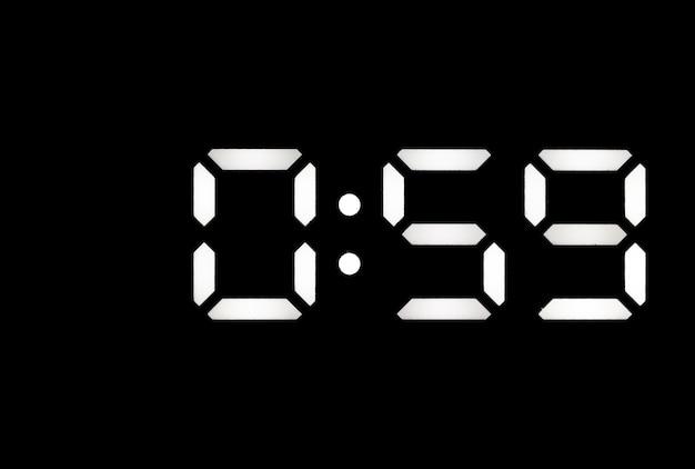 Echte witte led digitale klok op een zwarte achtergrond met tijd 059