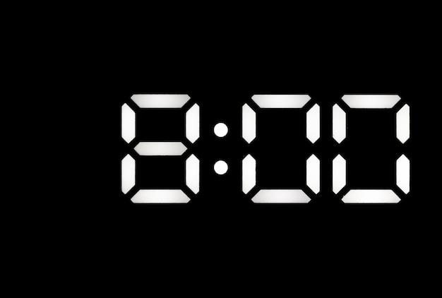 Echte witte led digitale klok op een zwarte achtergrond met tijd 800