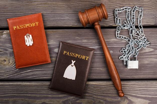 Echtelijke misdaden concept. plat lag hamer met paspoorten en kettingen.